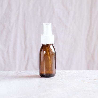 Lahvička z tmavého skla se sprejem (60 ml) pro kosmetické i potravinářské použití